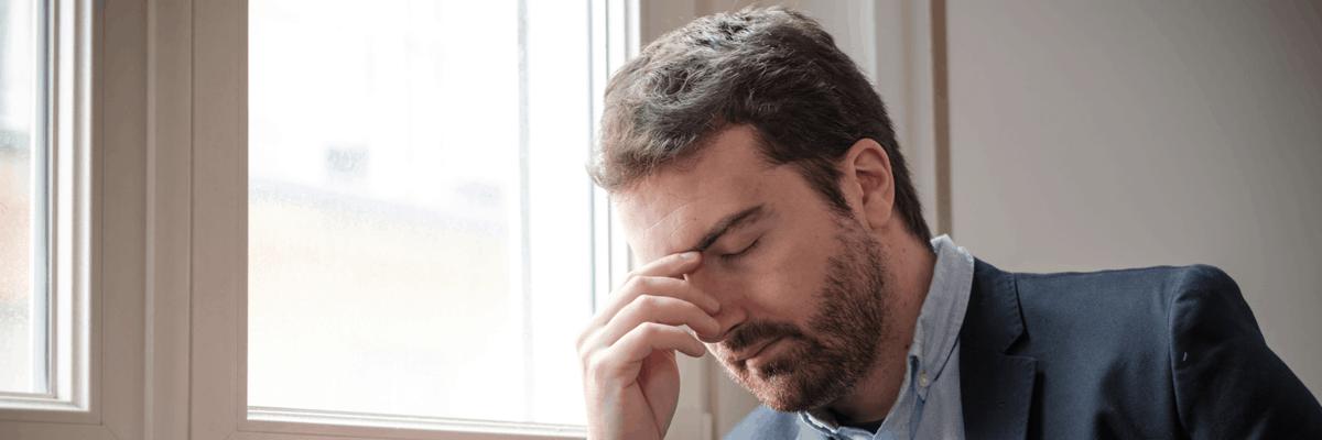 Ihre Kopfschmerzen könnten ein Symptom der Schlafapnoe sein.